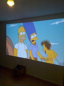 Projektion einer Fernsehsendung auf eine weiße Wand