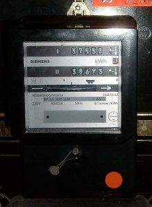 Abbildung eines elektromechanischen Stromzählers mit zwei Zählwerken für Tag- und Nachtstrom