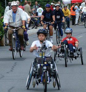 2 Handbikefahrer und ein Radfahrer