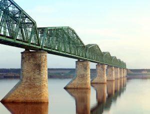 mehrfeldrige Stahlbrücke über Fluss Perm.