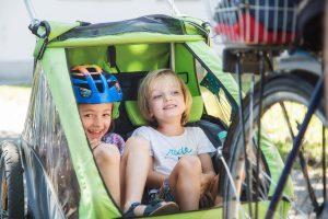Zwei Kinder in einem Fahrradanhänger