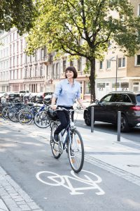 Radfahrerin auf einem Radweg in einer Stadt