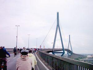 Radfahrer auf der Köhlbrandbrücke