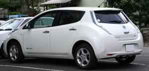 Ansicht eines Nissan LEAF von schräg hinten