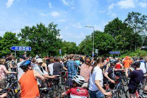Radfahrer warten auf die Auffahrt auf die Autobahn